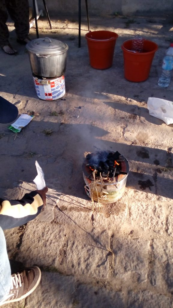 Démonstration de teinture sur rocket stove alimenté au charbon de bois de bambou