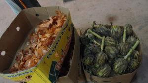 Epluchures d'oigons et artichauds, déchets récupérés chez le marchand de légumes à Angelmó