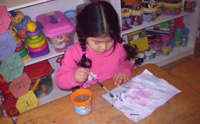 Petite fille peignant au choux rouge
