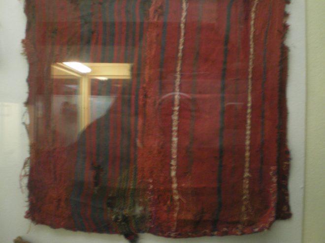 Offrande textile qui accompagnait la jeune fille du Cerro Esmeralda à Iquique