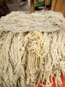 Horizontal, laine blanche Vertical, laine jaunâtre ou grisâtre bonnes à teindre