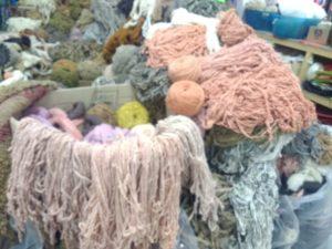 Tous ces roses saumon proviennent d'un seule et même bain de garance et cochenille qui n'en finit pas de s'épuiser, de ce bain sont aussi sortis quelques kilos de ruban à feutrer et de laine filée industriellement