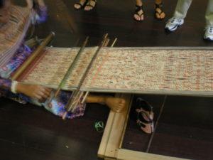 Ikat en cours de tissage, celui-ci a eu deux bains de teintures avec création de réserves au préalable