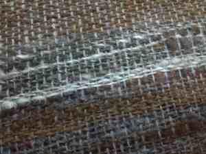 Tissage en cours sur Tissanova. on peut apprécier les variations de couleurs de la laine, gros plan