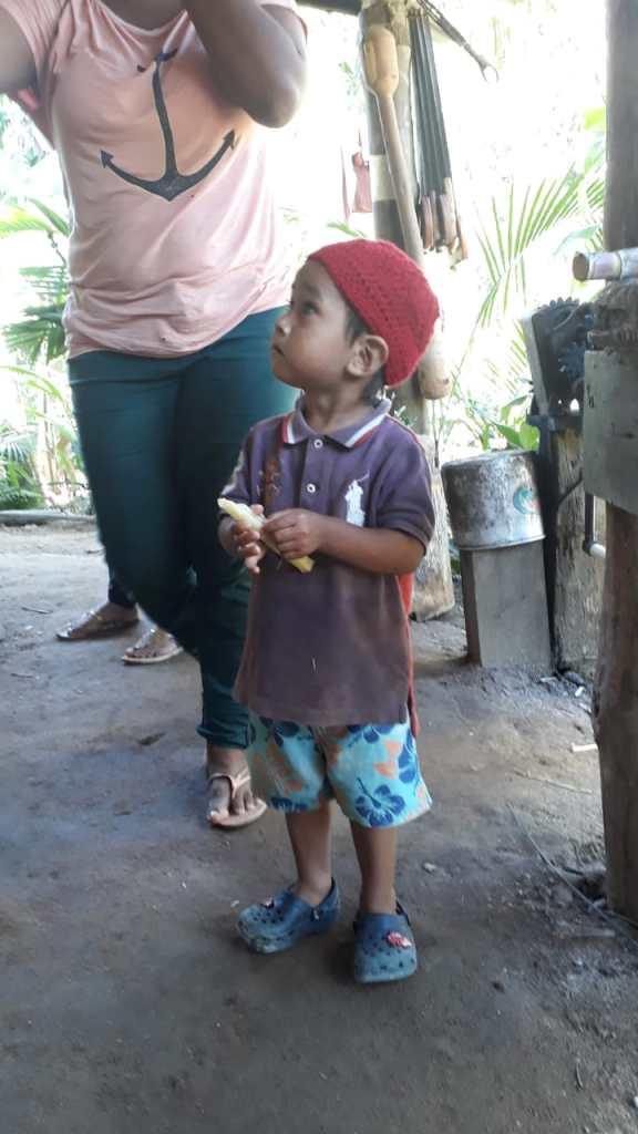 Enfant Guarani portant un bonnet tricoté par Rodrigo