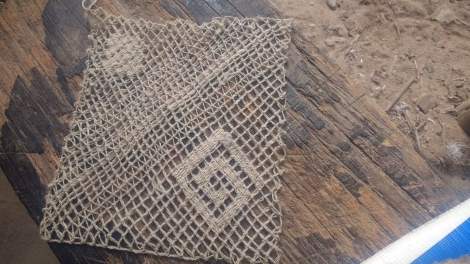 Essai de reconstitution de filet - gaze en laine fine, filée main par une femme d'Incahuasi (Pérou)