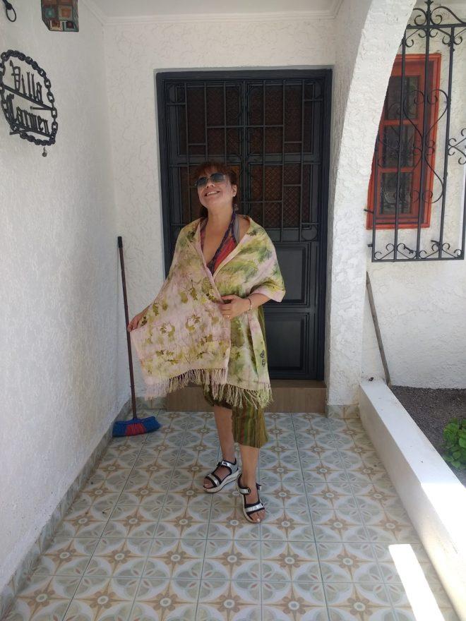 Solange avec sa première écharpe de soie en ecoprint