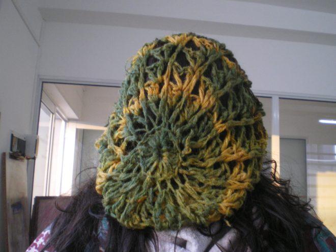 Malin - Bonnet teint une première fois à la camomille des teinturiers, adventice courante, puis personnalisé à l'indigo - shibori