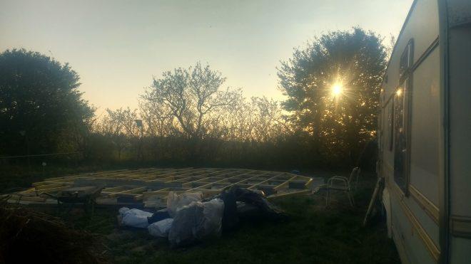 Structure du plancher de la yourte, enfin montée après deux jours de réglages