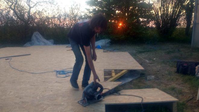 Paul découpe le cercle sur le plancher de la yourte. Les planches qui manque seront tirées des restes de découpe