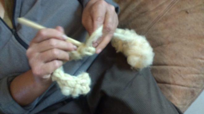 Crochetage de la laine brute pour mes guêtres pour le Village Lacustre