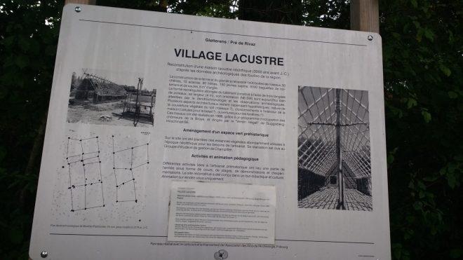 Une des pancartes à l'entrée du Village Lacustre qui donne des explicatons sur la reconstitution de ces bâtiments