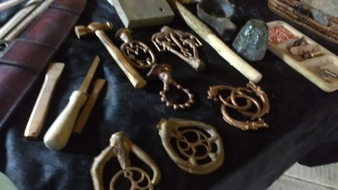 Résultat, reproduction de pièces historiques aussi bien d'objets d'apparât que d'outils de l'époque