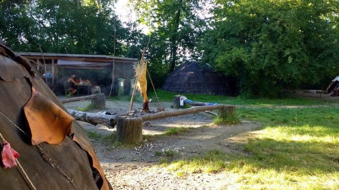 Vue du camping néolithique au Village Lacustre, depuis la porte de mon abri préhistorique
