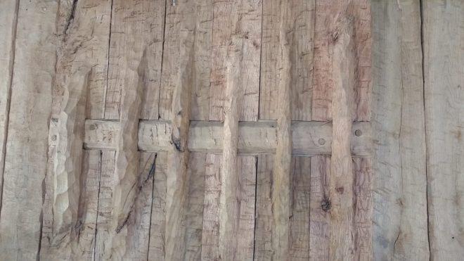 Détail de la jointure des planches de la porte de la Maison du Bronze au Village Lacustre