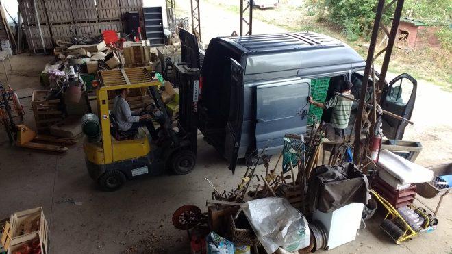 Chargement des palettes de légumes à livrer aux Amap dans le camion