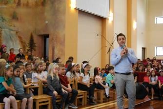 Silviu Bratu transmiţând o poveste pe înţelesul copiilor