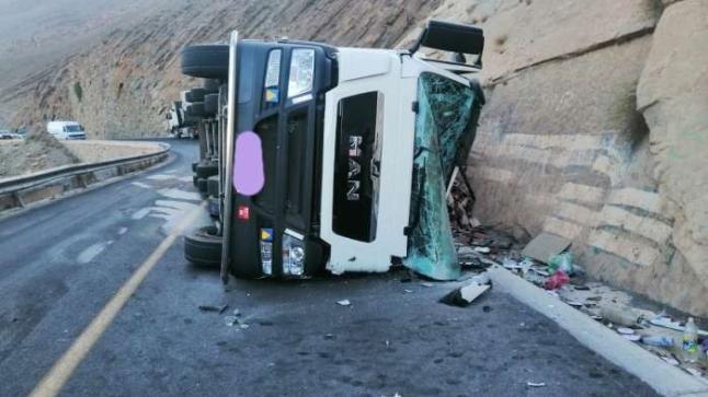 انقلاب شاحنة محملة بالياجور قرب غار زعبل