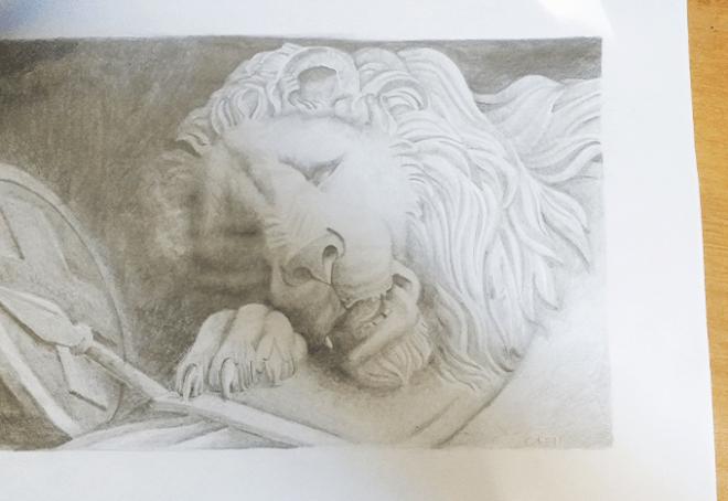 Leão deitado sobre um escudo feito em lápis