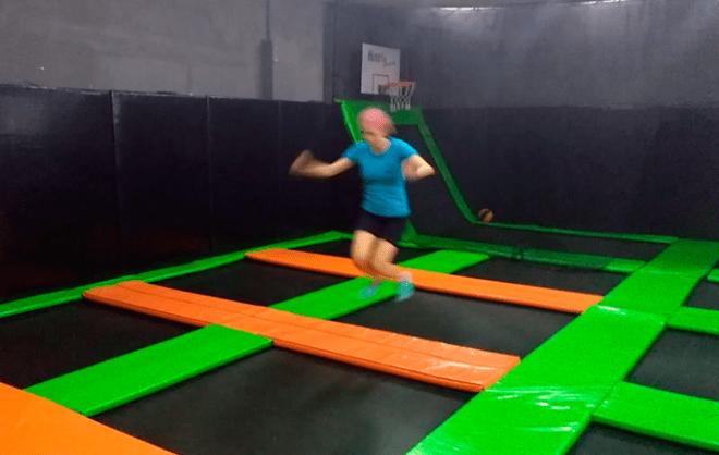 Eu pulando na cama elástica para adultos