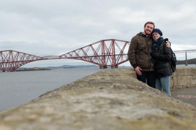 Eu e o noivo com a ponte ao fundo
