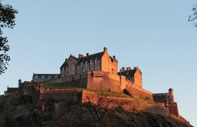 Castelo de Edimburgo visto de baixo com por do sol