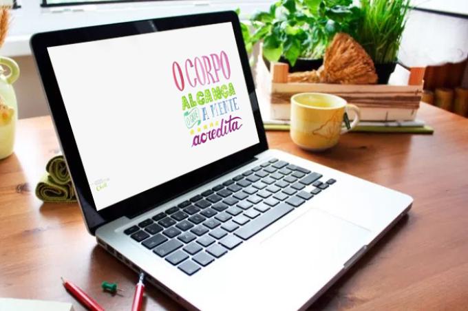 Computador com wallpaper do lettering aplicado