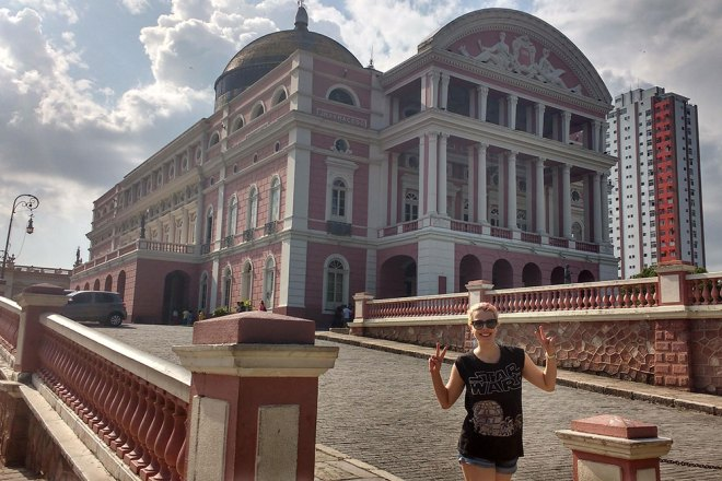 Eu em frente ao Teatro Amazonas em Manaus.