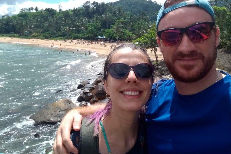 Eu e marido na Praia da Feiticeira em Ilhabela, nossa viagem do primeiro trimestre.