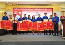 Ban tổ chức trao cờ thi đua cho 10 đơn vị vững mạnh xuất sắc toàn diện