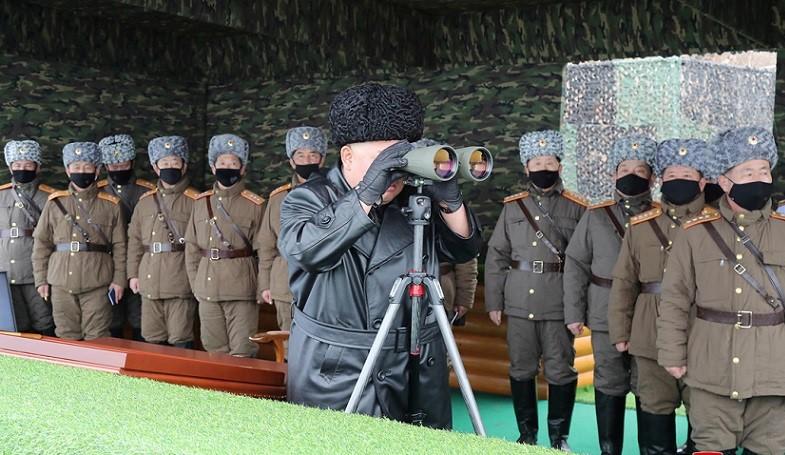 Lãnh đạo Triều Tiên Kim Jong-un quan sát cuộc tập trận trong khi tướng lĩnh và binh sĩ đeo khẩu trang phòng dịch Covid-19 ngày 28/2/2020. (Ảnh qua ABC News)
