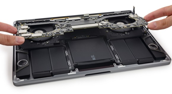 iFixit_ben_trong_macbook_pro_13_2016_touch_bar_11.jpeg