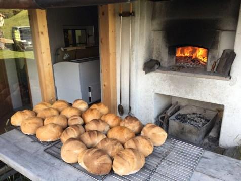 MTB-Trip Dolomiten / Frischgebackenes Brot aus dem Holzofen