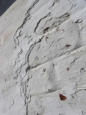 Enkel oude, intacte kalkverven mogen blijven staan indien afgestoken, afgeborsteld en afgestraald.