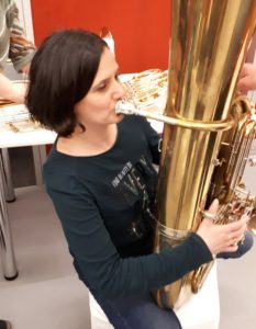 Mona spielt Tuba