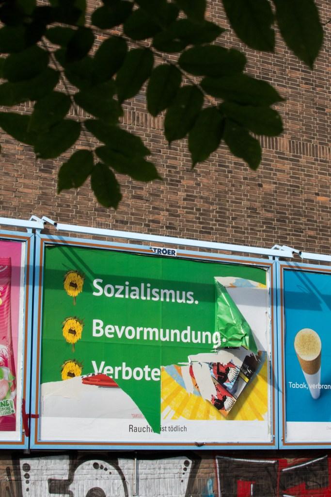 Zerfetztes Plakat der Kampagne Gruener Mist 2021
