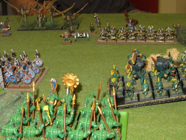 Saurus coming up on the Ironbreakers' flank, while a fast-moving skink/kroxigor unit draws the withering fire of the Dorf backline.