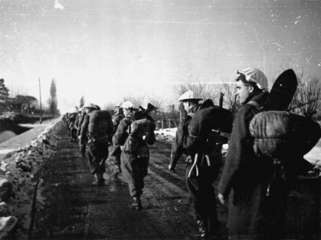 Kiwi troops advancing through the snow in Italy