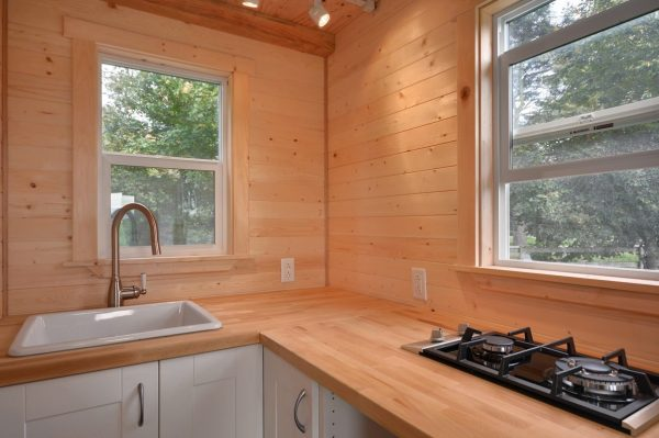 160-sq-ft-tiny-house-on-wheels-by-tiny-living-homes-0008