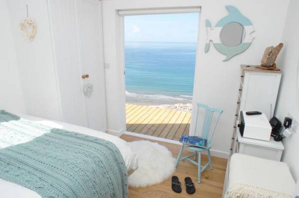 320-sq-ft-tiny-beach-cottage-vacation-in-cornwall-010