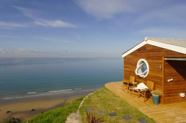 320-sq-ft-tiny-beach-cottage-vacation-in-cornwall-015