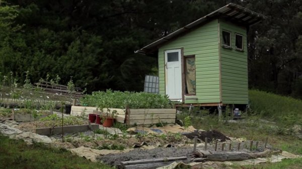 420 dollar reclaimed tiny house built on commune land 001