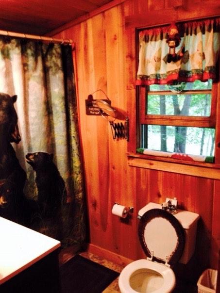 600-sq-ft-bearadise-tiny-cabin-vacation-005