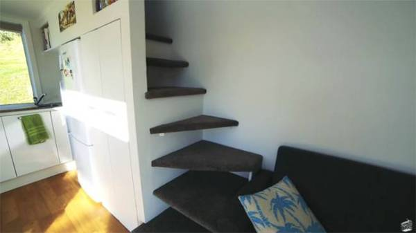 couples-climbing-wall-tiny-house-9
