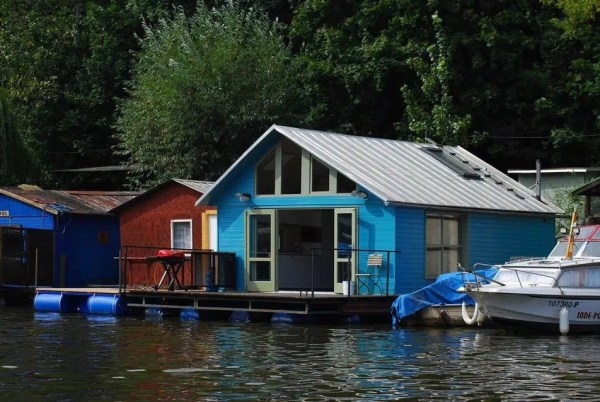 Tiny Floating Home in Prague 001