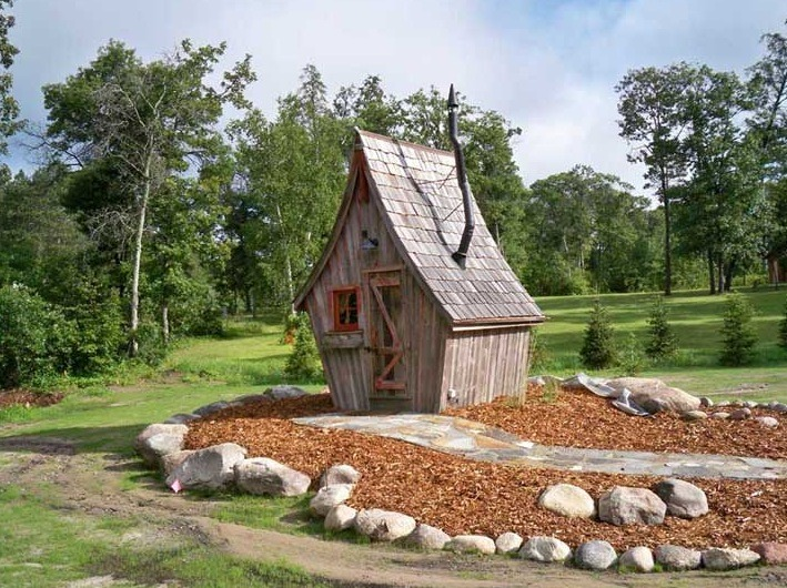 Whimsical micro cottage built by the rustic way for Piani casa micro cottage