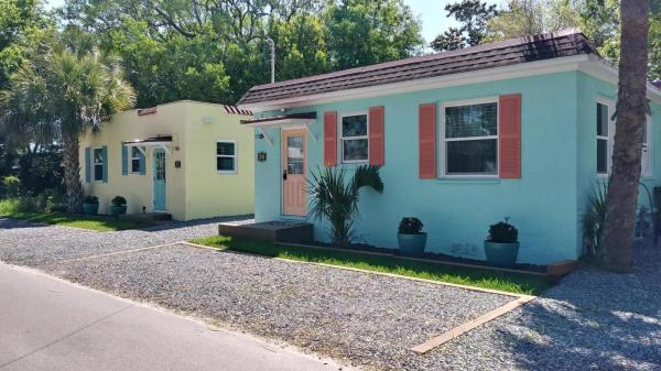 Vintage Tiny Cottage in Folly Beach 0014