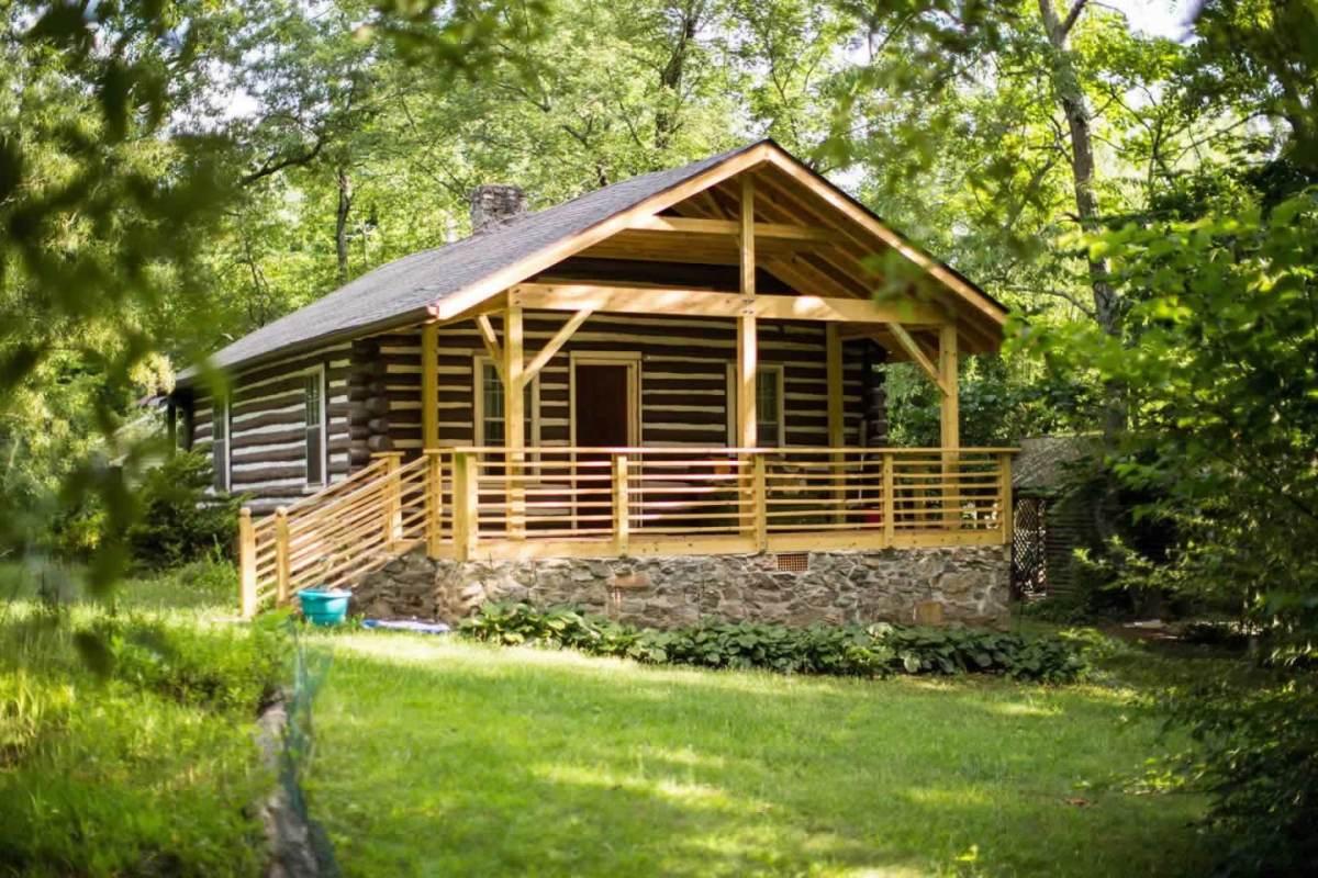 Classic log cabin near downtown asheville for Rustic cabins near asheville nc