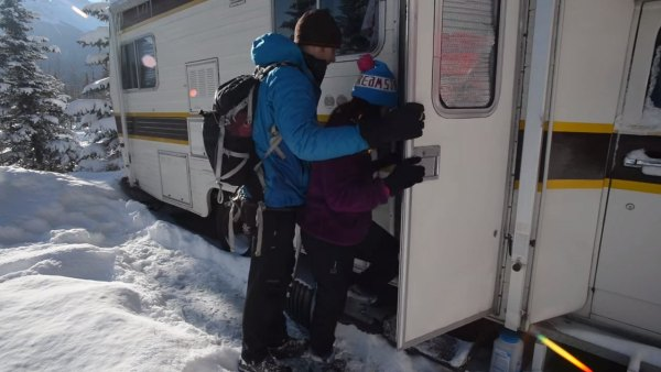 couple-living-tiny-traveling-in-motorhome-001