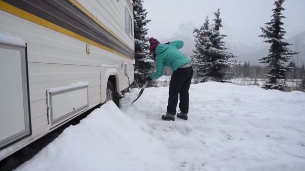 couple-living-tiny-traveling-in-motorhome-004